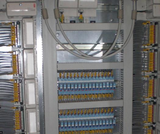 Interior Armarios de Control (PLCS) - Central de combustión interna BCS-III, La Paz, México